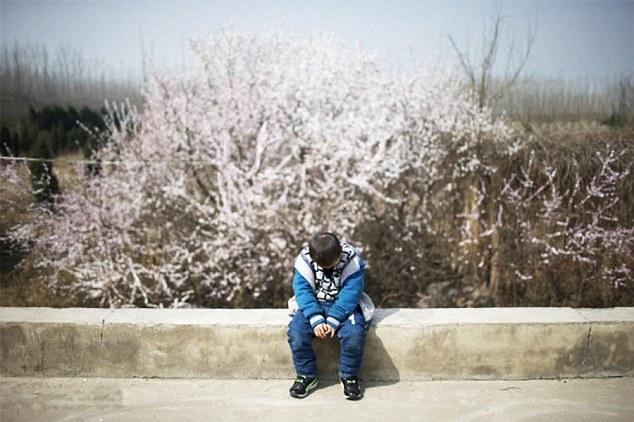 Trung Quốc: Cậu bé 8 tuổi nhiễm HIV bị cả làng ruồng bỏ