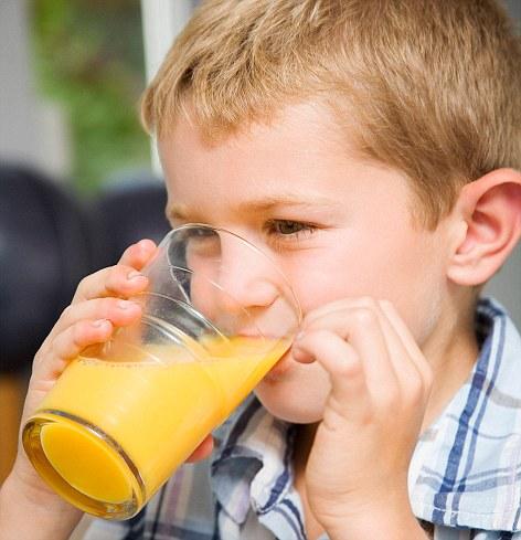 Khi nào cho bé uống nước hoa quả?