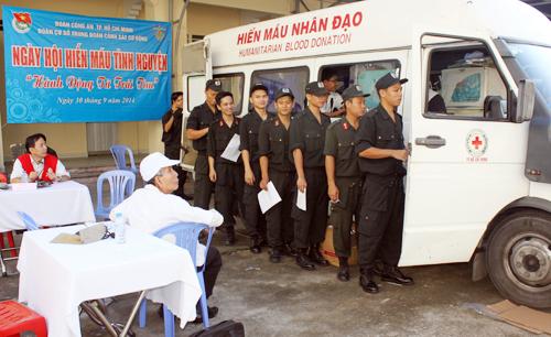 Hàng trăm cảnh sát cơ động tham gia hiến máu