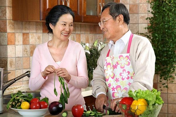 Bảo vệ sức khỏe người cao tuổi mùa đông - Ảnh 1