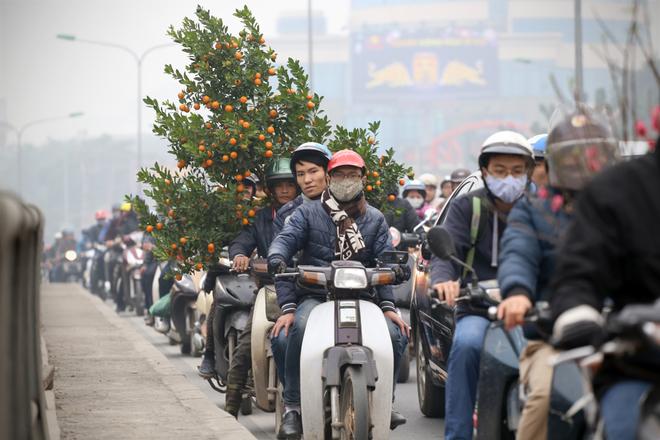 Cận Tết, đường phố Hà Nội ùn tắc nghiêm trọng