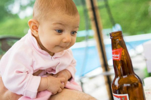 Trẻ uống bia, lợi hại ra sao?