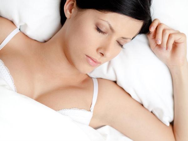 Có nên mặc áo lót khi ngủ?