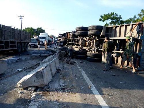 Xe tải gây tai nạn kinh hoàng, 4 người thương vong