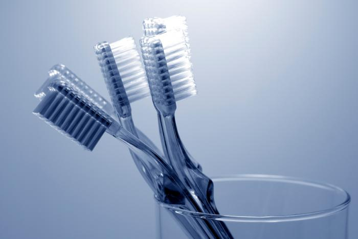 60% bàn chải đánh răng dương tính với... phân