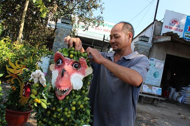 Một số nghệ nhân tại huyện Chợ Lách còn cho biết, năm nay thị trường cây cảnh khỉ rất hiếm vì đây là con vật rất khó chế tác.