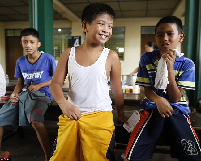 300 cậu bé đau đớn trong nghi thức cắt bao quy đầu tại Philippines - Ảnh 12