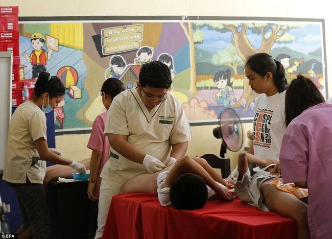 300 cậu bé đau đớn trong nghi thức cắt bao quy đầu tại Philippines  - Ảnh 6