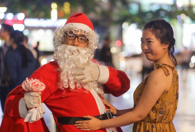 Sài Gòn trang hoàng rực rỡ đón Giáng sinh - Ảnh 7