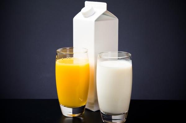 Buổi sáng nên uống nước cam hay uống sữa?